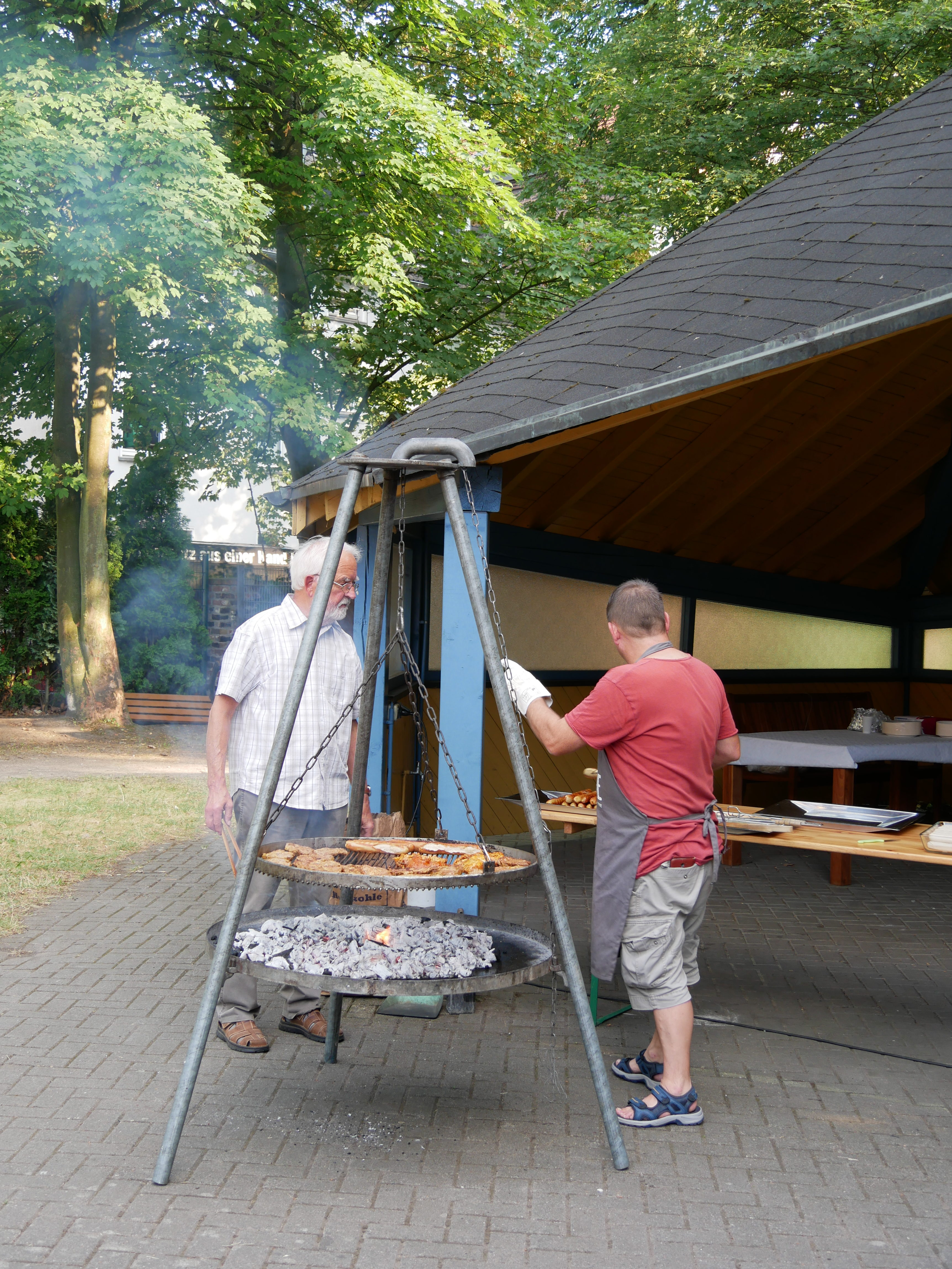 Die Kolpingsfamilie hilft mit beim Grillfest der Gemeinde.